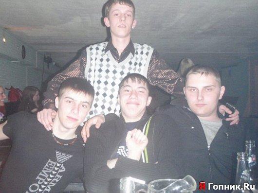 Парниша который стоит и парниша справа считают себя бесстрашными и косят по ...